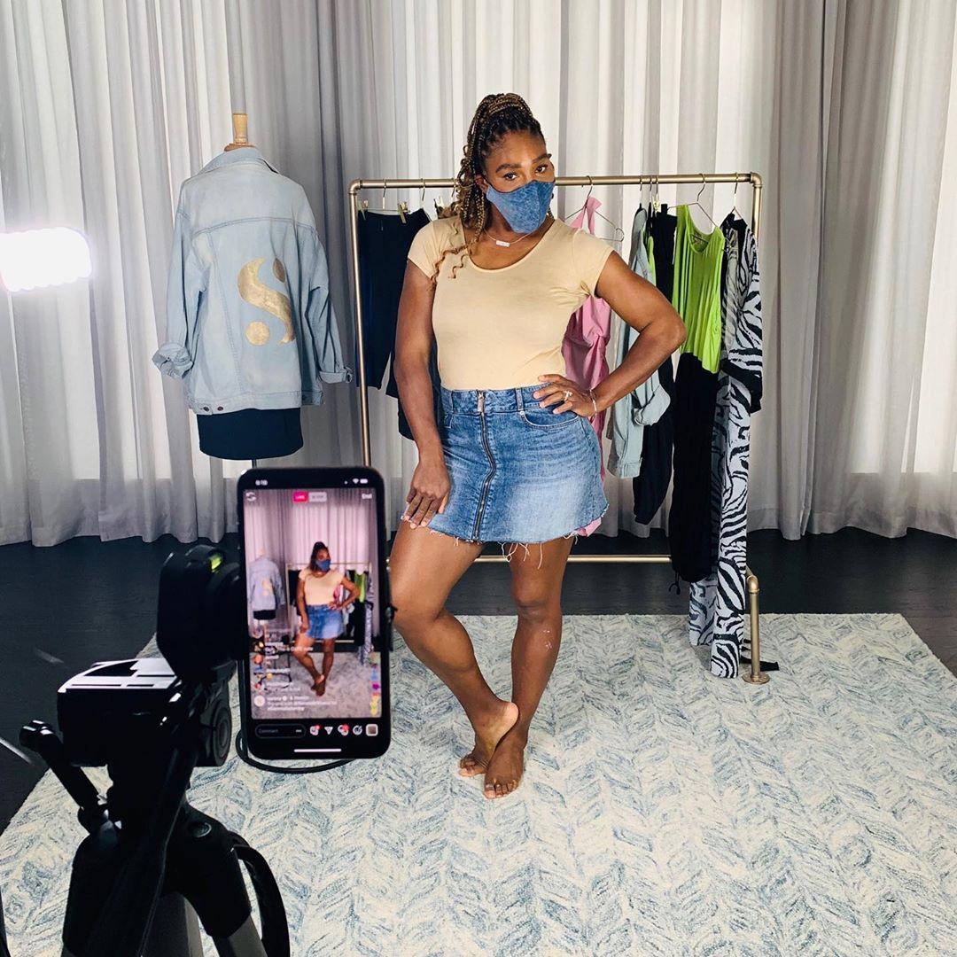 Serena Williams en masque en jeans