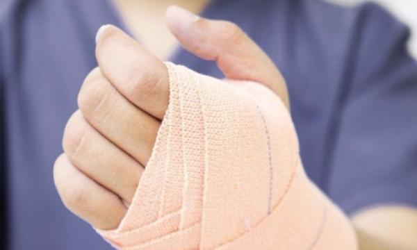 Des scientifiques britanniques ont développé un bandage intelligent qui brille pour signaler les infections
