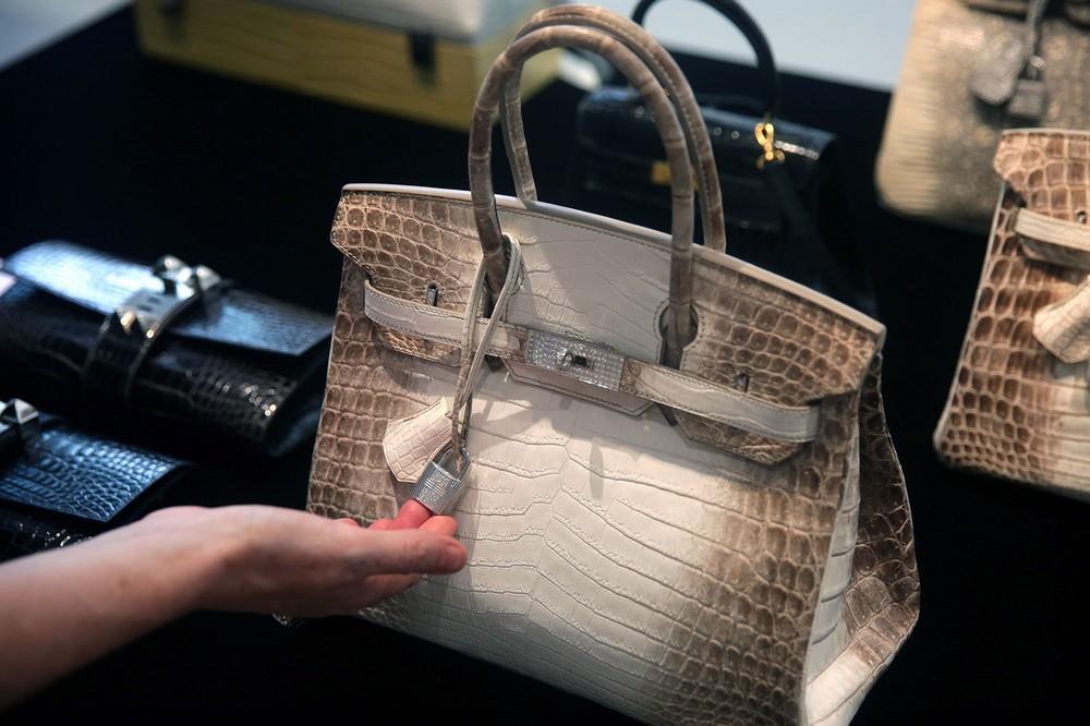 Tout le monde connait la marque Hermès. Et tout le monde sait que ses sacs  sont hors de prix. Mais, là, ça dépasse carrément l entendement. 49bd0c09a1d