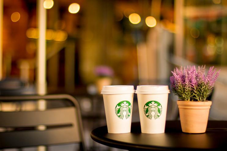 Starbucks promet de bannir les pailles en plastique