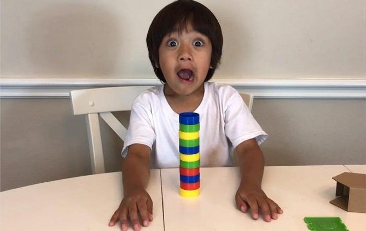 Chiffre : Ce petit influenceur de 7 ans gagne 22 millions de dollars en un an !